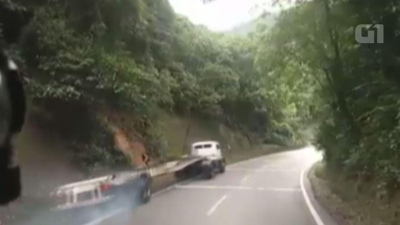 Vídeo registra caminhão sem freio se acidentando na Rodovia Anchieta