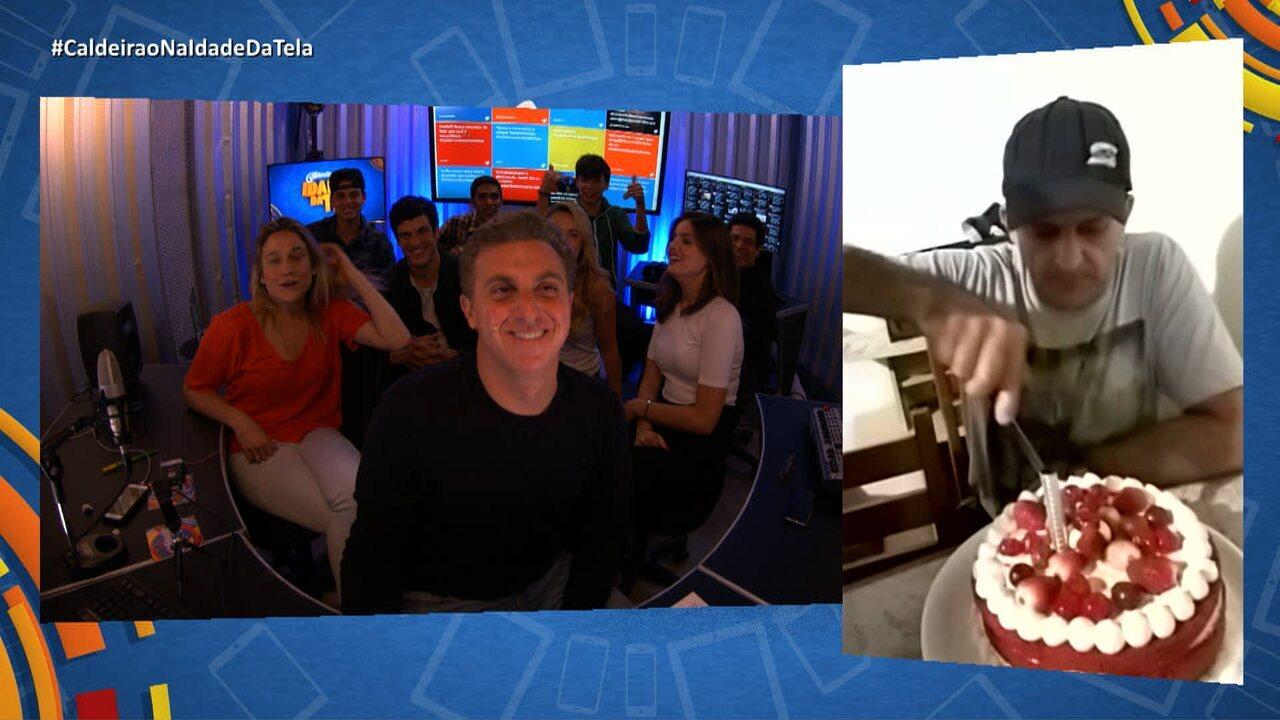 Luciano manda bolo para internauta de Florianópolis durante o 'Caldeirão na Idade da Tela'