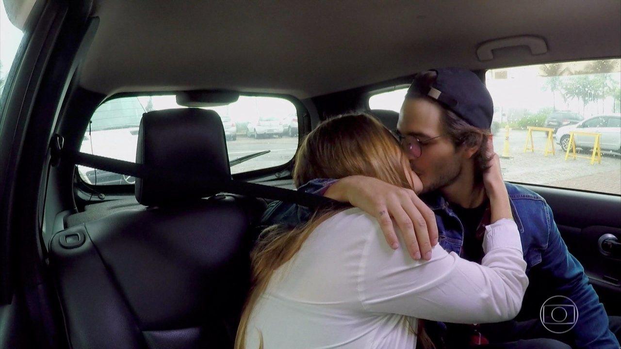 Brenno Leone se despede de sua pretendente com um beijo no 'Caldeirão do Huck'
