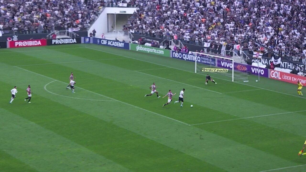 Corinthians 2 a 1: Jô carrega e chuta, goleiro espalma e Gabriel finaliza, aos 40' do 1º tempo
