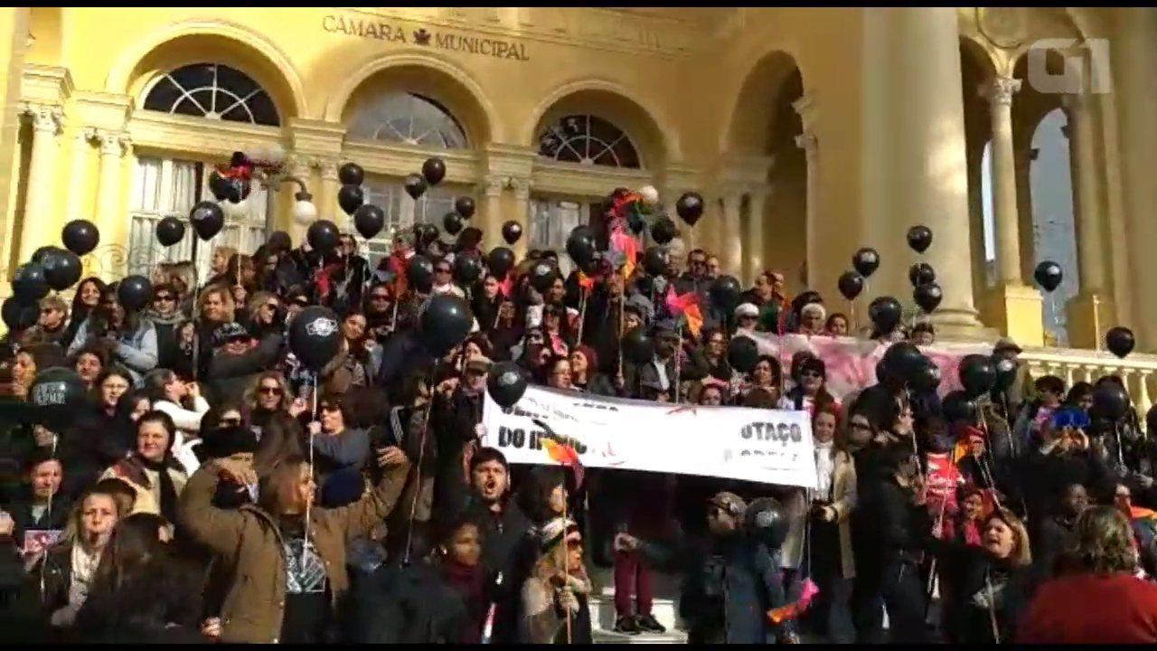 Servidores de Curitiba protestam em frente à Câmara