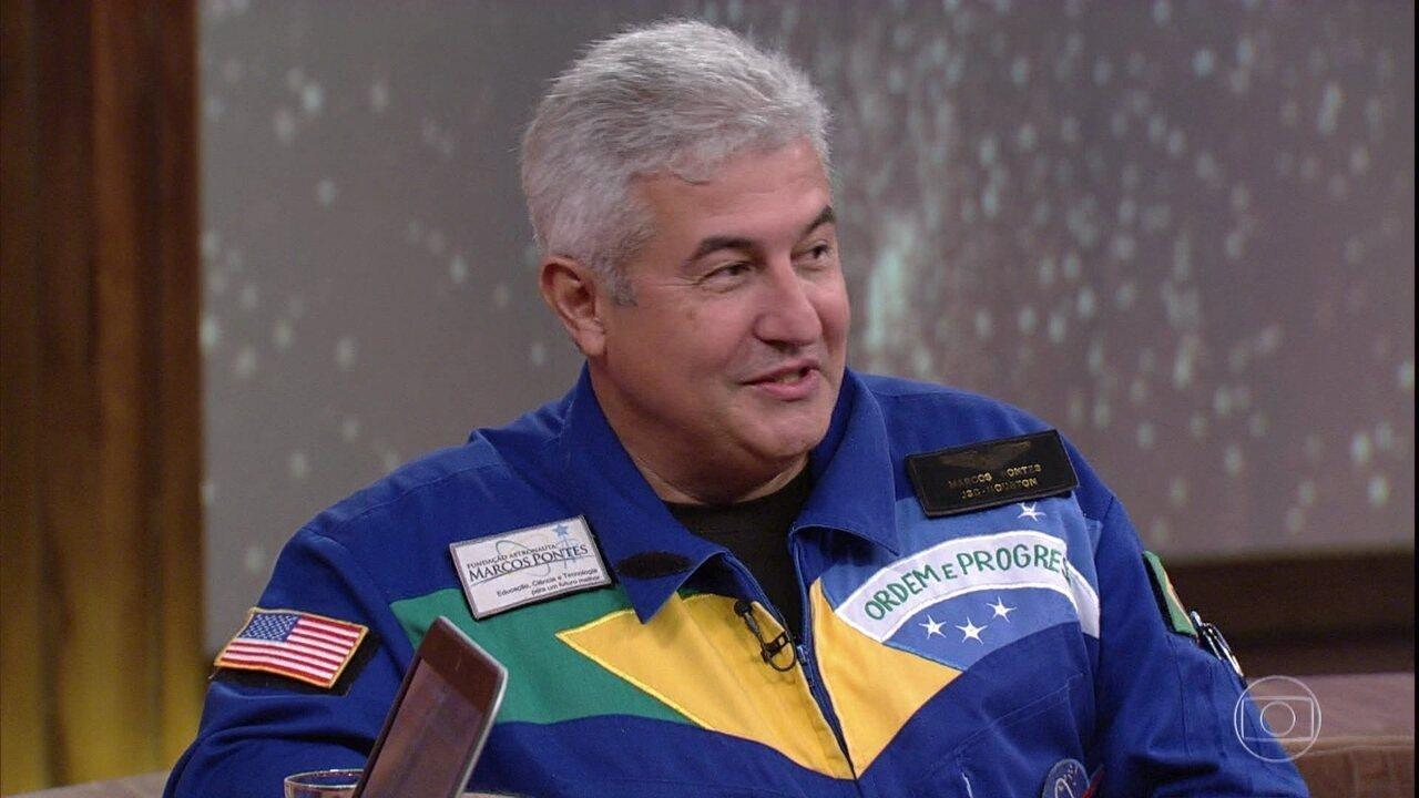 Marcos Cesar Pontes mostra imagens de uma estação espacial e fala como é viver lá