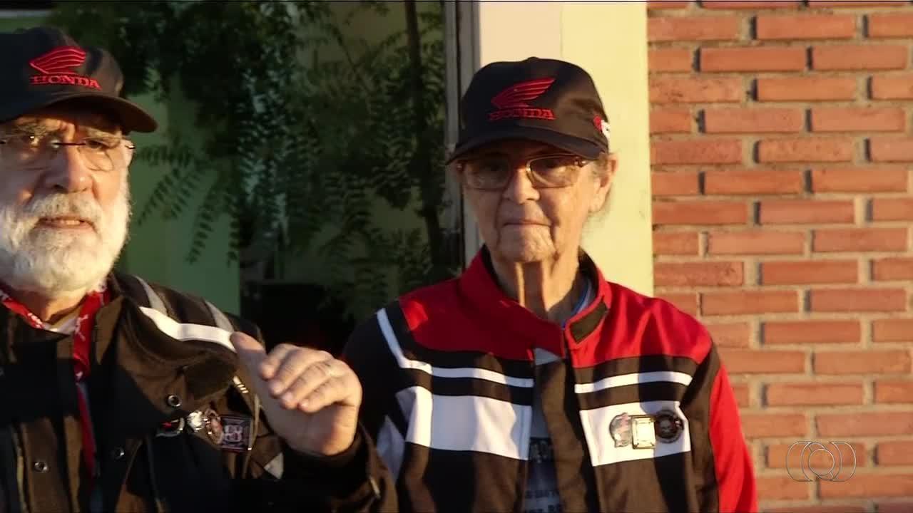 Casal de idosos com 70 anos viaja o mundo sobre uma motocicleta