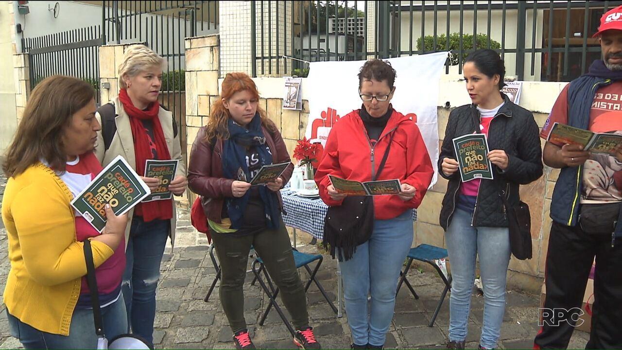 Sindicato dos servidores municipais protesta em frente ao prédio do prefeito Rafael Greca