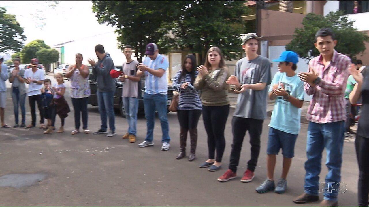 Família e amigos fazem protesto pela morte de jovem em Londrina