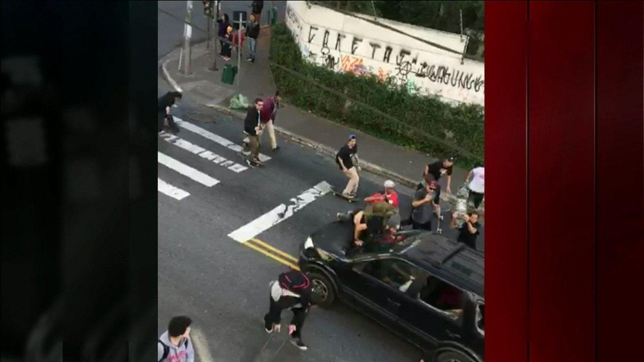 Motorista atropela grupo de skatistas durante evento no centro de São Paulo
