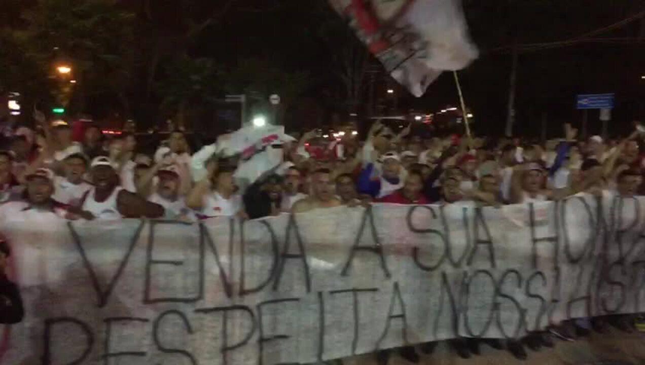 Torcida do São Paulo protesta após empate contra o Fluminense
