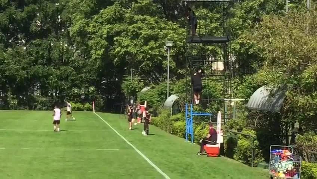 Rogério Ceni desce de andaime depois de ver de cima parte do treino do São Paulo