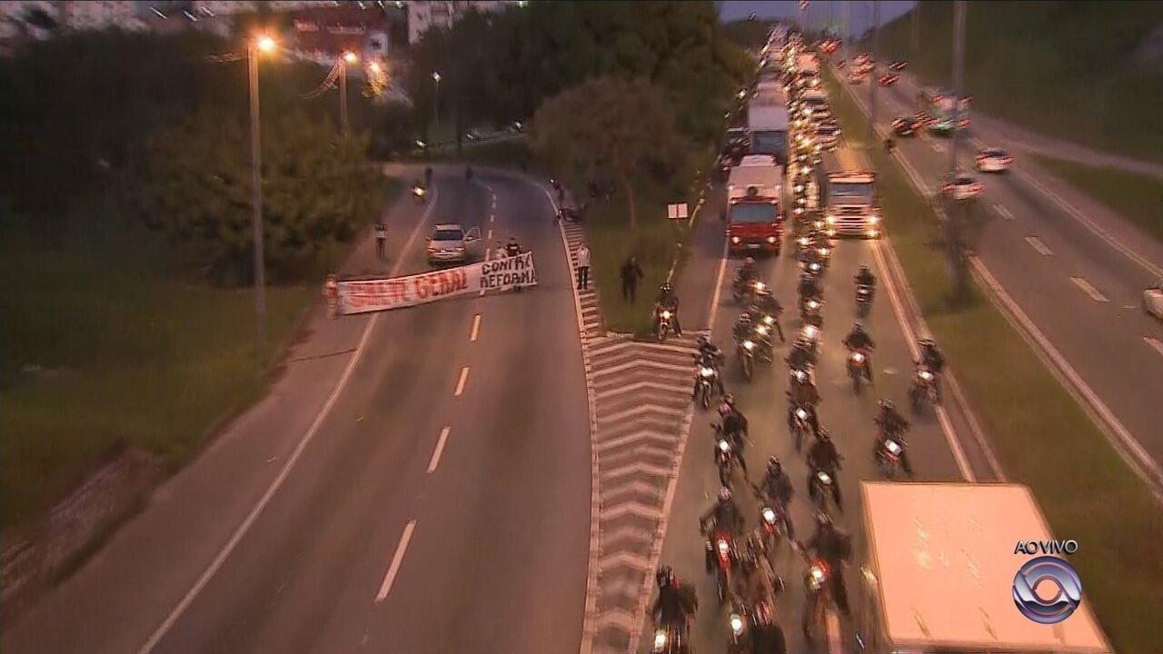 Manifestantes bloqueiam a Via Expressa, em Florianópolis