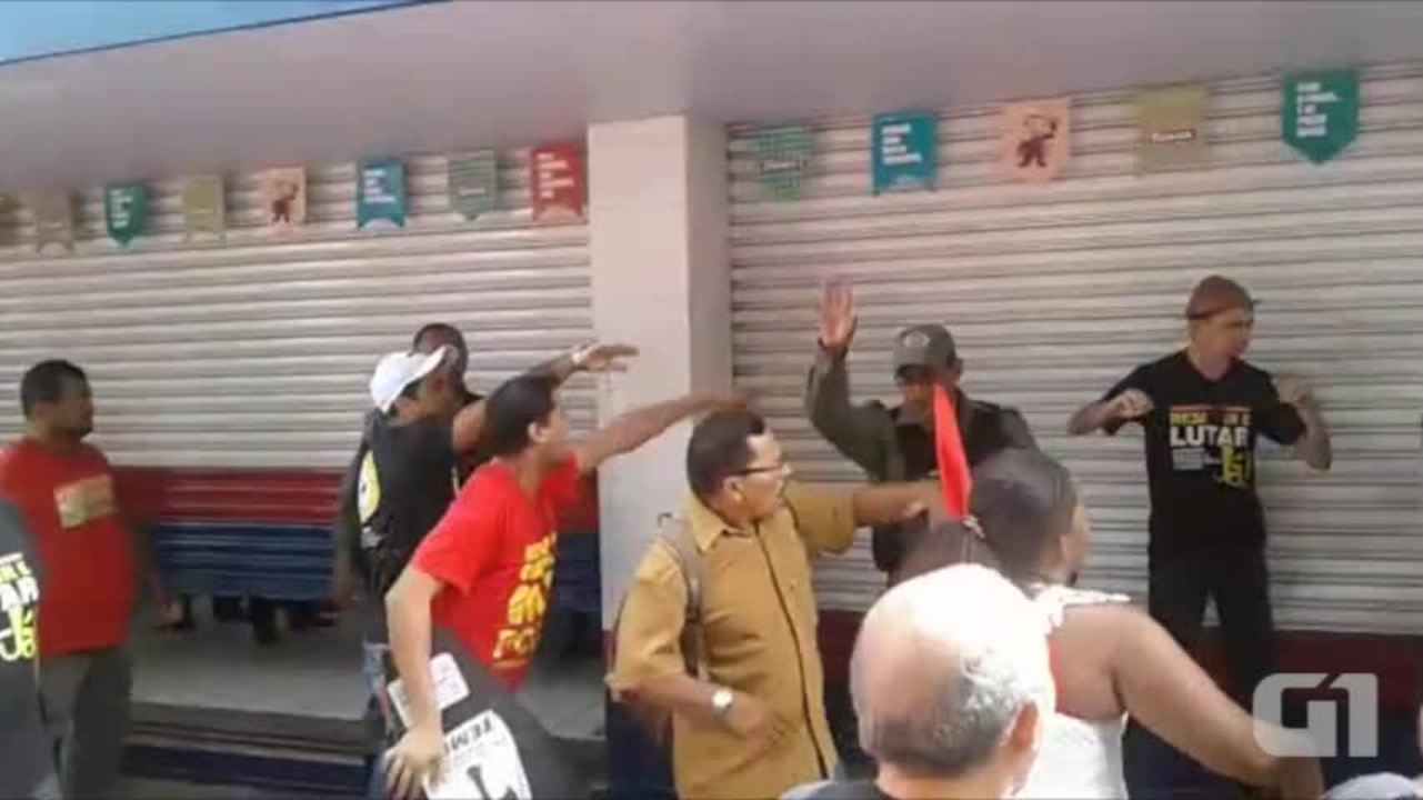 Manifestantes entram em atrito com policiais durante protesto no Centro