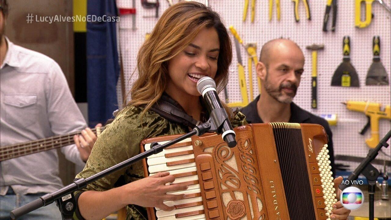 Lucy Alves canta 'Amor a perder de vista'