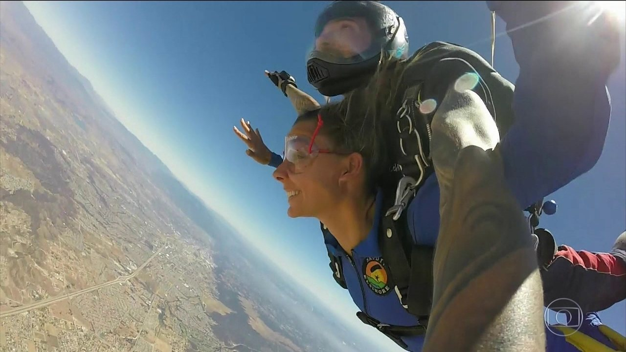 #CaliforniaOnboard: Maya Gabeira se aventura de paraquedas e aprende andar de skate