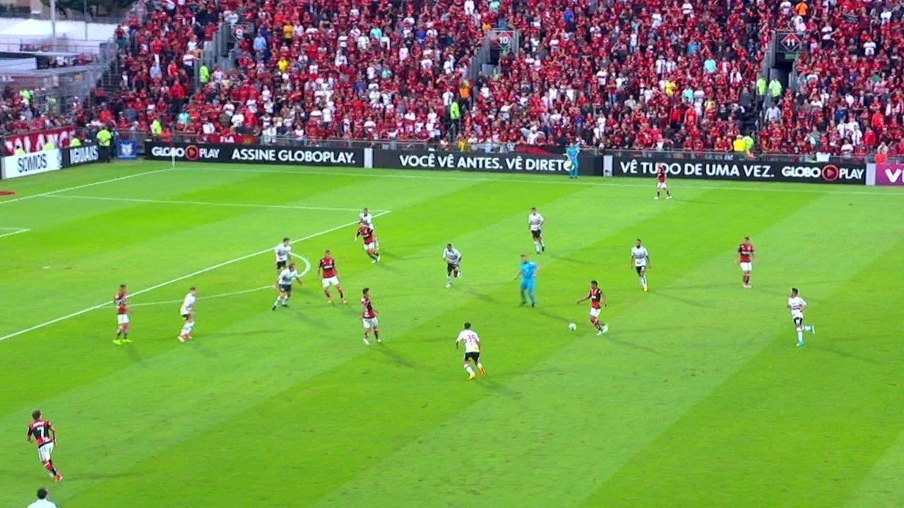 Flamengo troca passes e envolve o São Paulo; veja lances