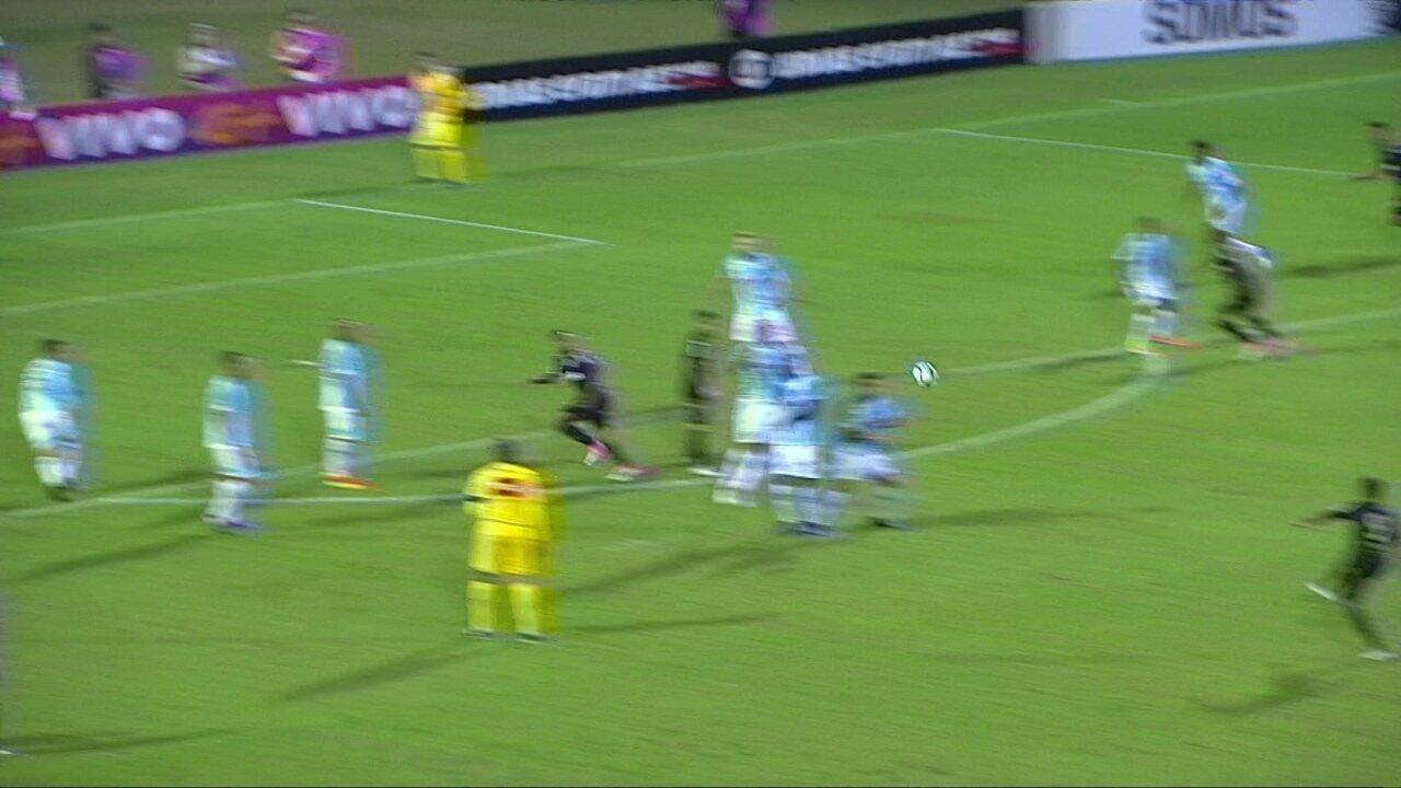 Lucca cobra falta com perigo, mas Douglas salva o Avaí aos 23' do 1º Tempo