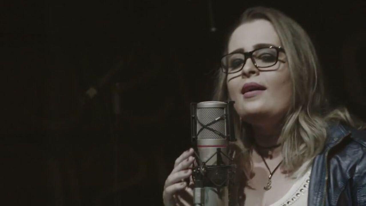 Conheça o trabalho da cantora Annê
