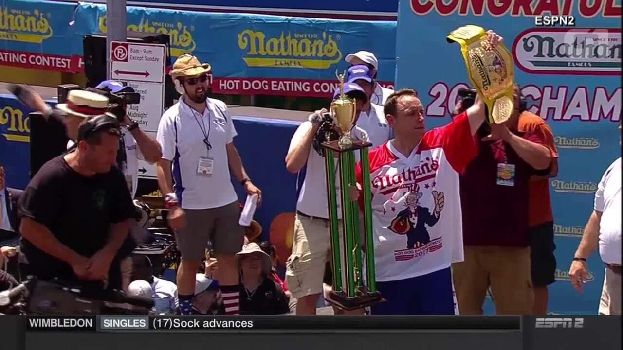 Homem vence concurso ao comer 72 cachorros quentes em dez minutos em NY