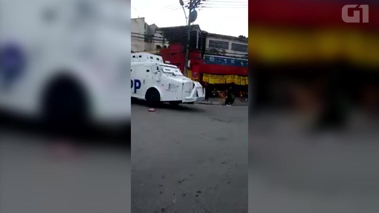 Vídeo mostra blindado das UPPs entrando na comunidade Boca do Bato, no Complexo do Lins