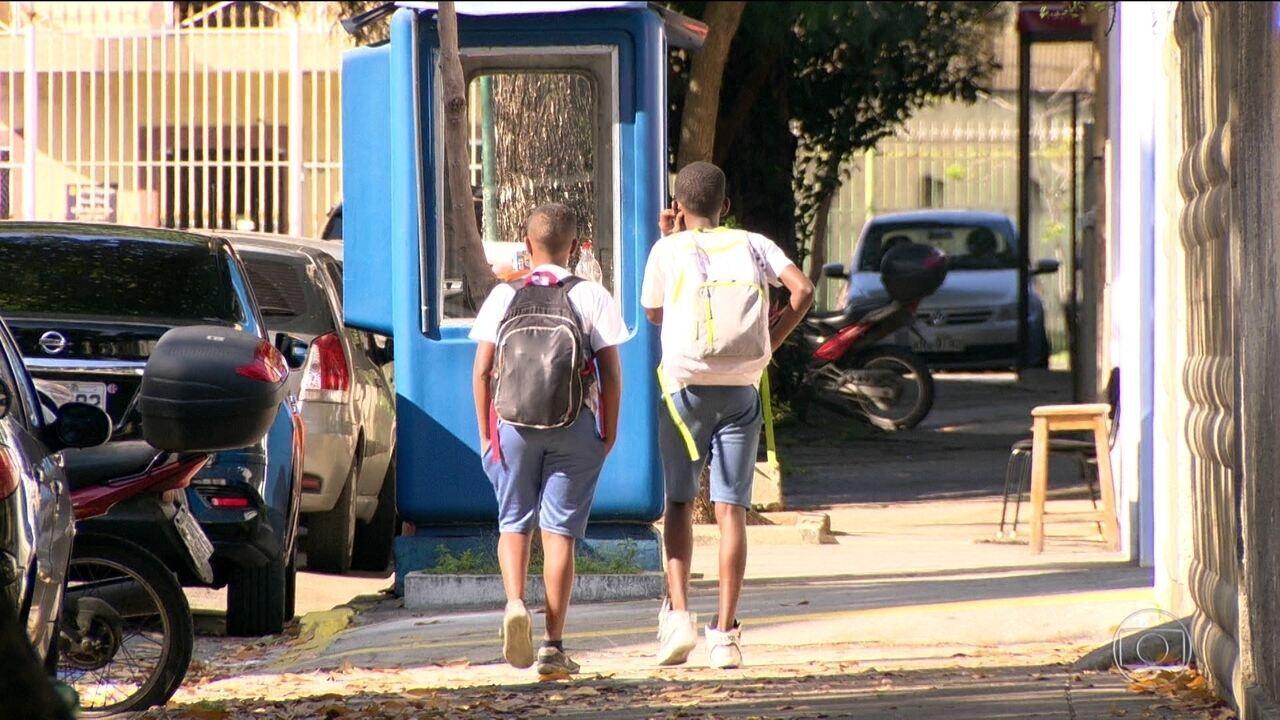 Mais uma criança é vítima de bala perdida dentro de escola no RJ