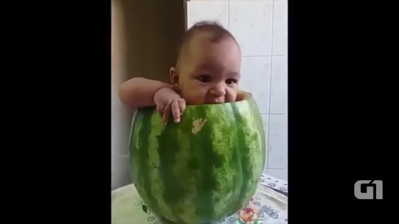 Bebê aproveita melancia enquanto é filmado pela mãe
