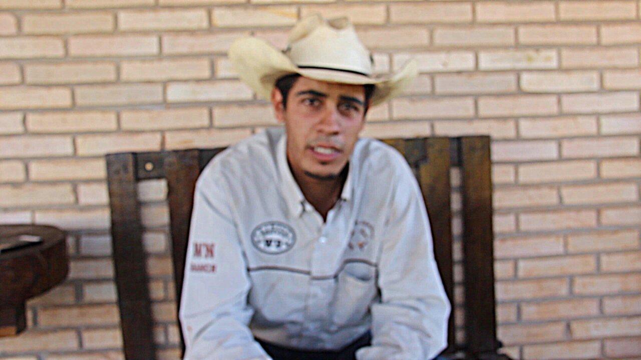 Domador de cavalos aprende a falar inglês com rádio texana, dicionário e filmes
