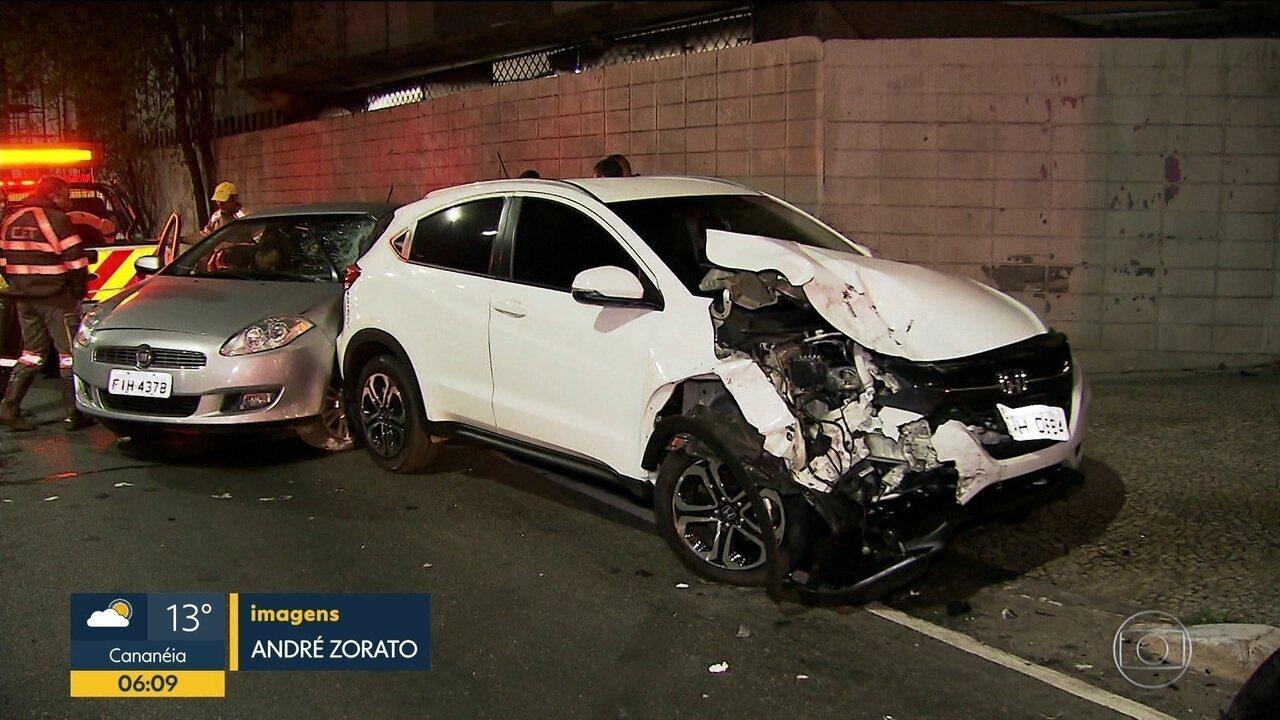 Dois carros se envolvem em acidente na zona sul da capital