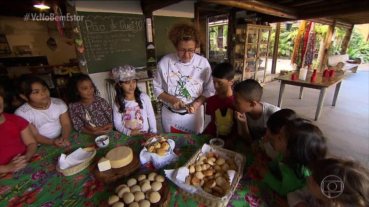 Crianças aprendem a fazer pão de queijo para o lanche