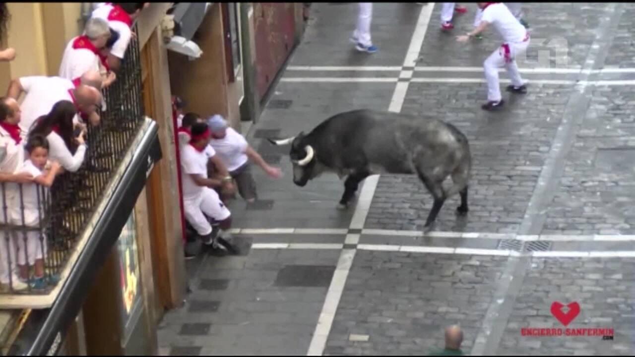 Três homens ficam feridos por chifradas durante corrida de touros de Pamplona