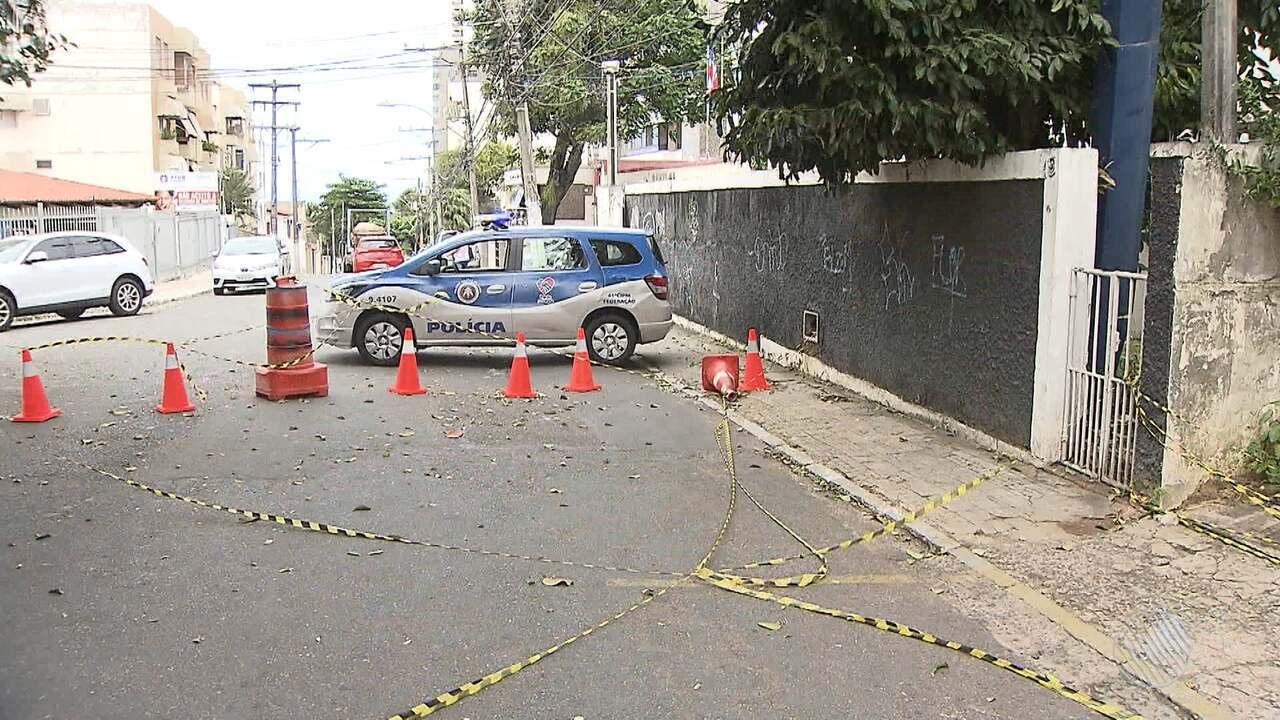 Perigo: placa ameaça cair e rua é interditada no bairro da Federação, em Salvador
