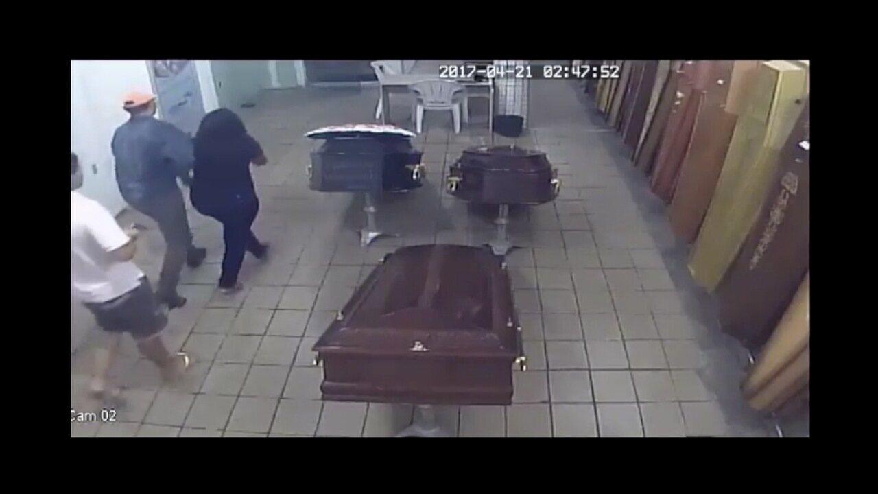 Vídeo mostra homens que levaram viúva de velório no Alecrim, em Natal