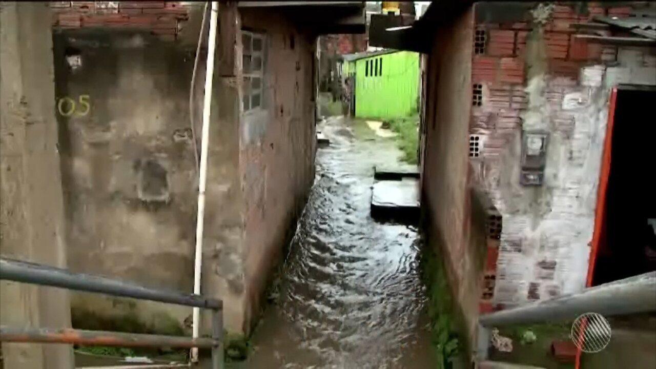 Chuvas provocam deslizamento de terra e alagam casas em Ilhéus
