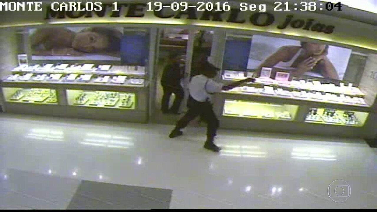 ff343d9f5da Imagens mostram assaltos a joalherias em shopping da Zona Norte do ...