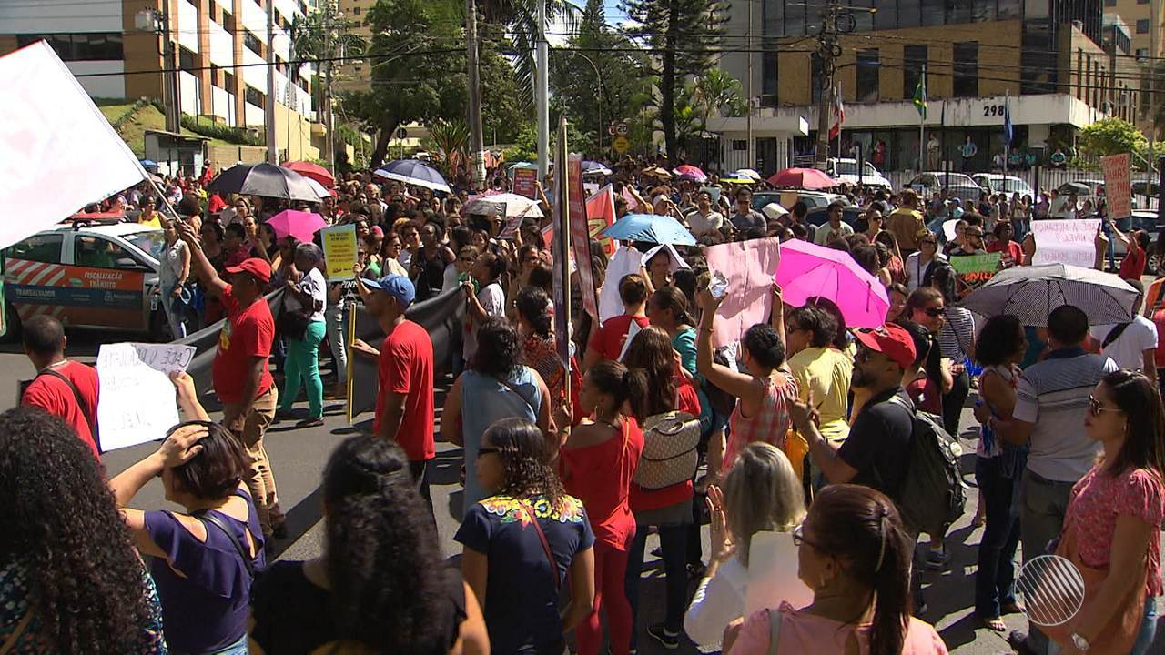 Professores do município fazem protesto em frente à Secretaria de Educação, na Garibaldi