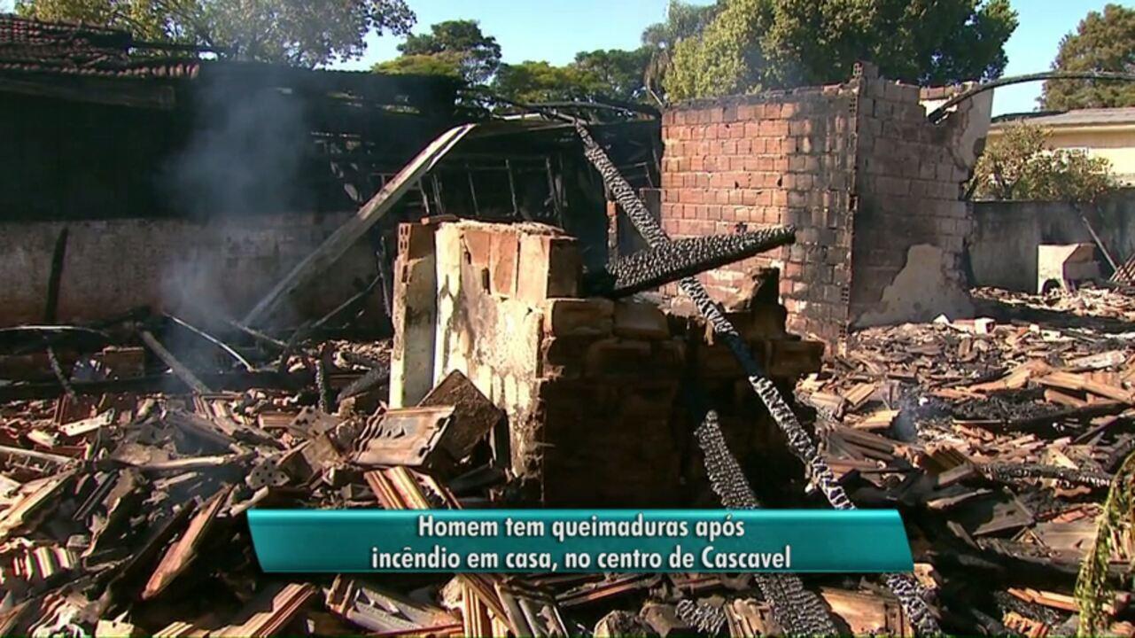 Casas são destruídas pelo fogo em Cascavel