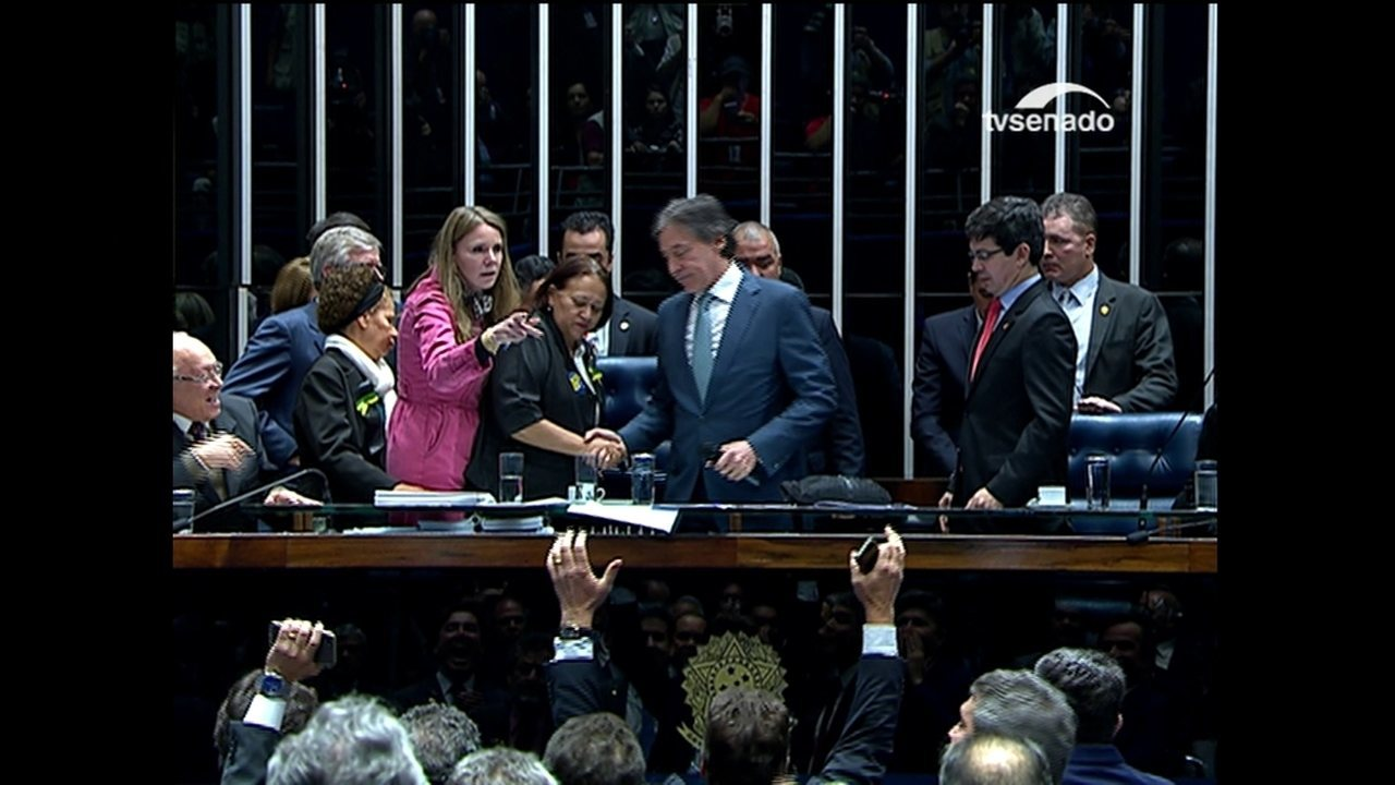 Presidente do Senado finalmente ocupa sua cadeira na mesa diretora do plenário
