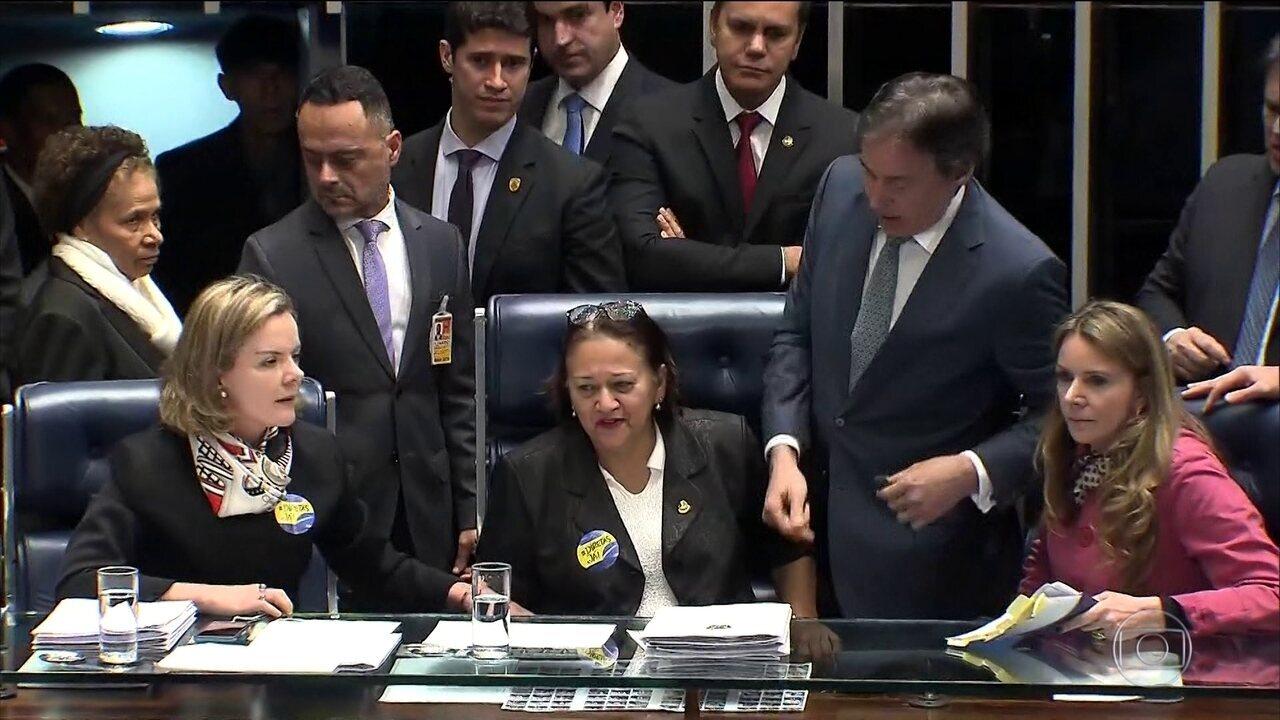 Senadoras da oposição ocupam mesa diretora e impedem votação