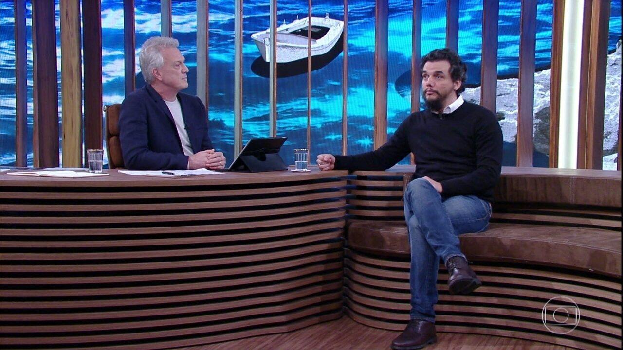 Reveja Wagner Moura como colunista social na Bahia; o ator também comenta o início da carreira artística e o sucesso na TV