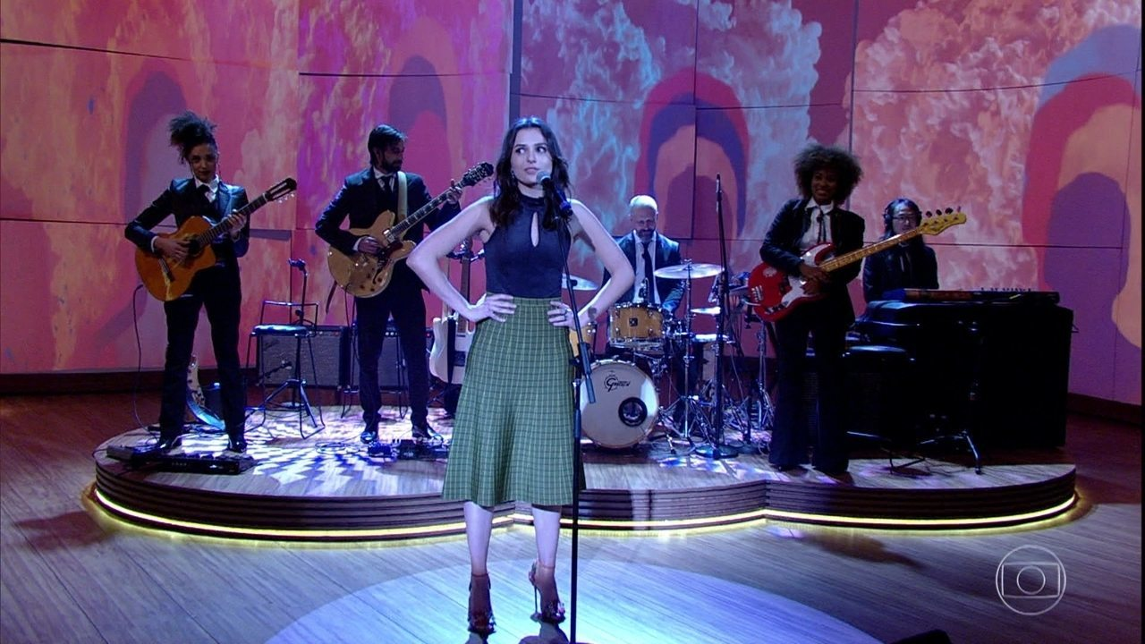 Monica Iozzi se arrisca e abre programa cantando