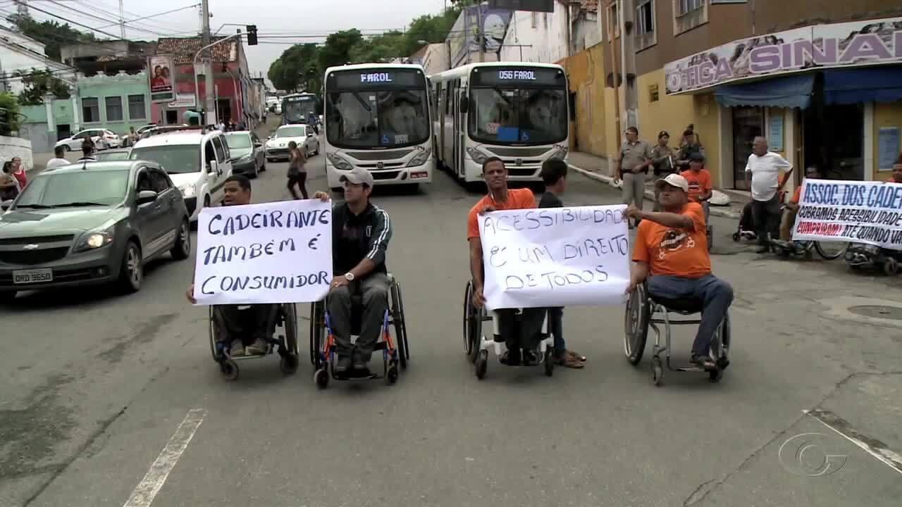 Resultado de imagem para Protesto de cadeirantes deixa trânsito lento no centro de Maceió