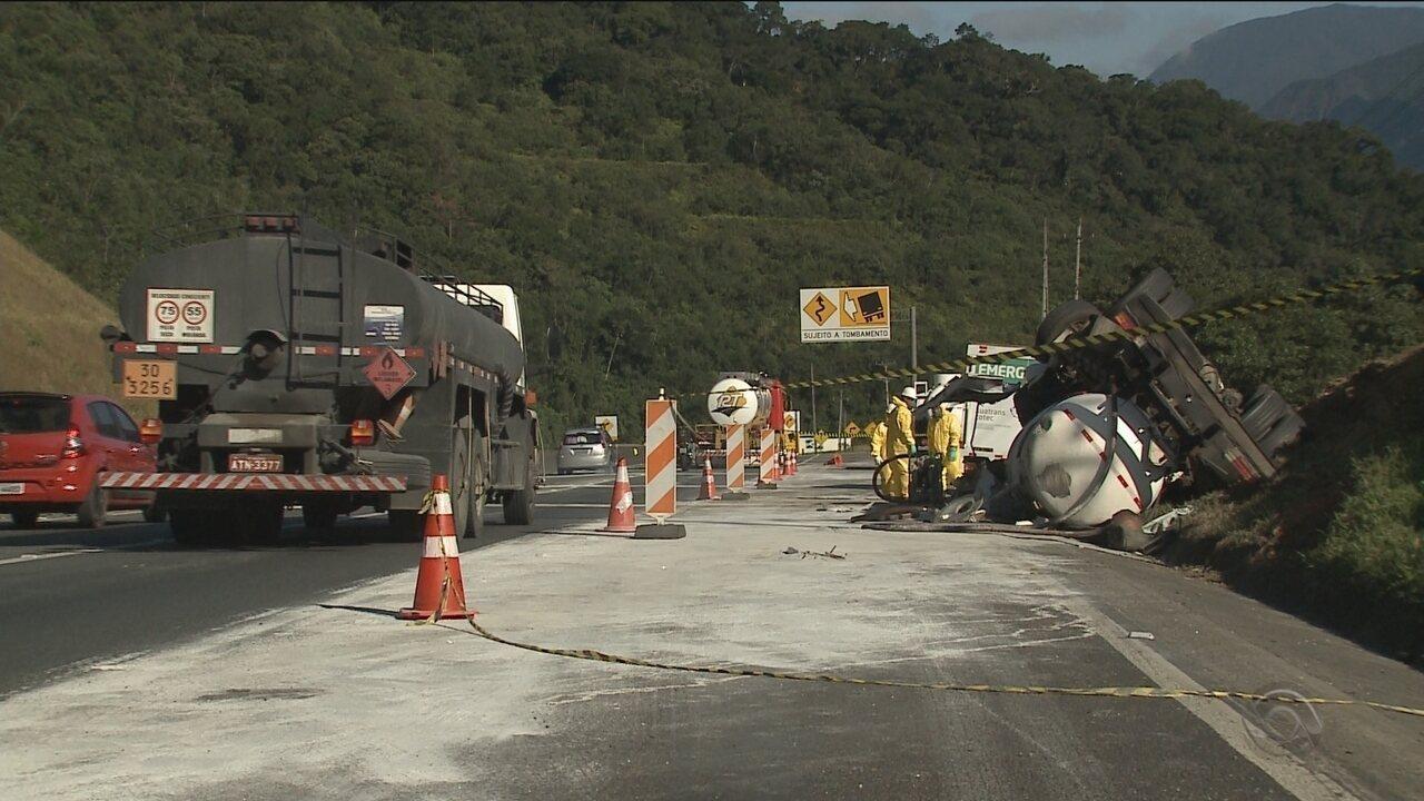 Acidente provoca despejo de sustância corrosiva em rio na divisa com o Paraná