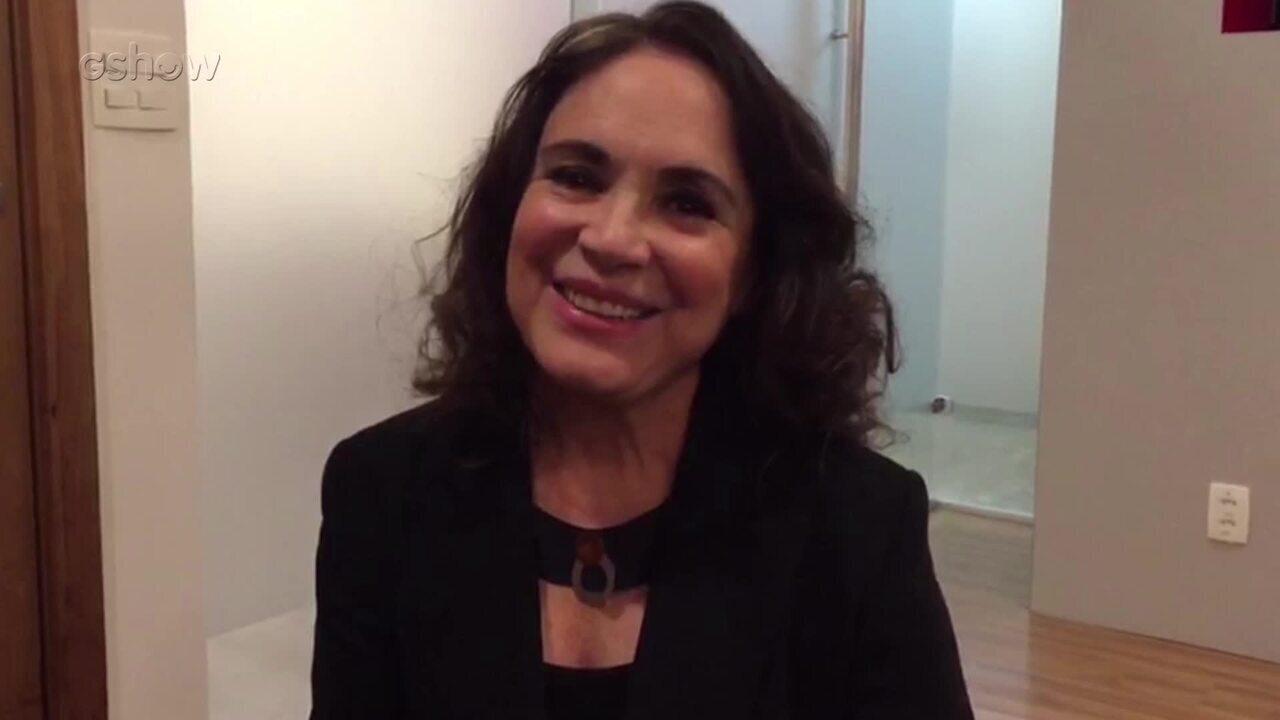 Fã de Pega Pega, Regina Duarte recebe o carinho do elenco