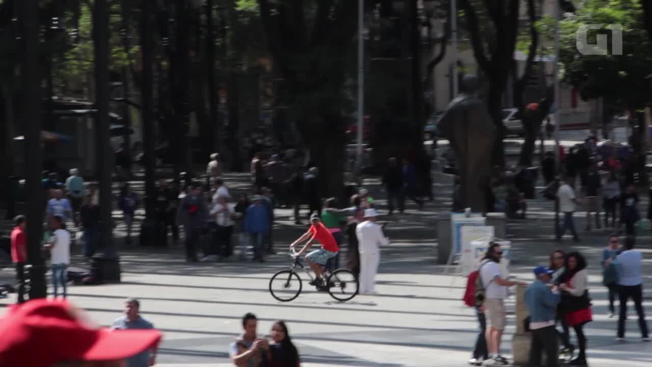 Ladrões de bicicleta furtam celulares na Praça da Sé