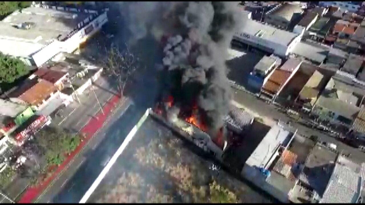 Imagens aéreas mostram incêndio em loja de autopeças na zona norte de Sorocaba