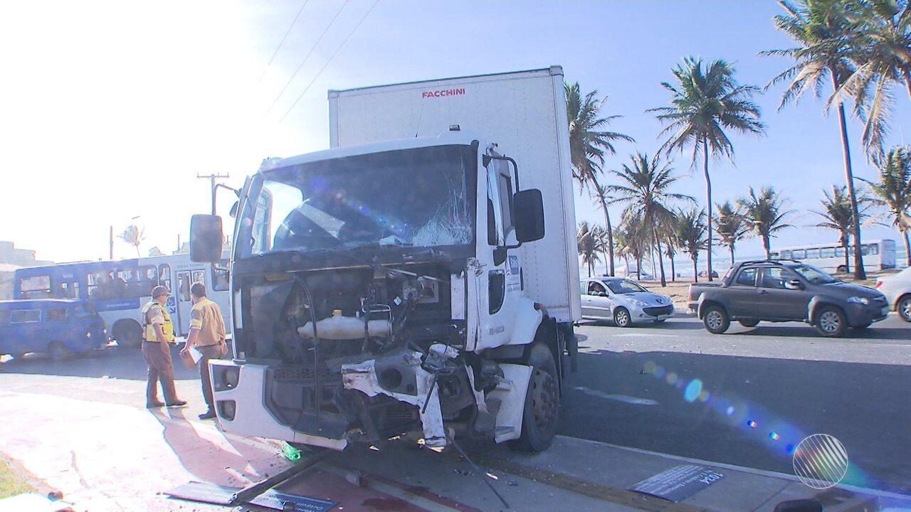 Caminhão bate em ônibus e 10 pessoas ficam feridas na orla de Salvador