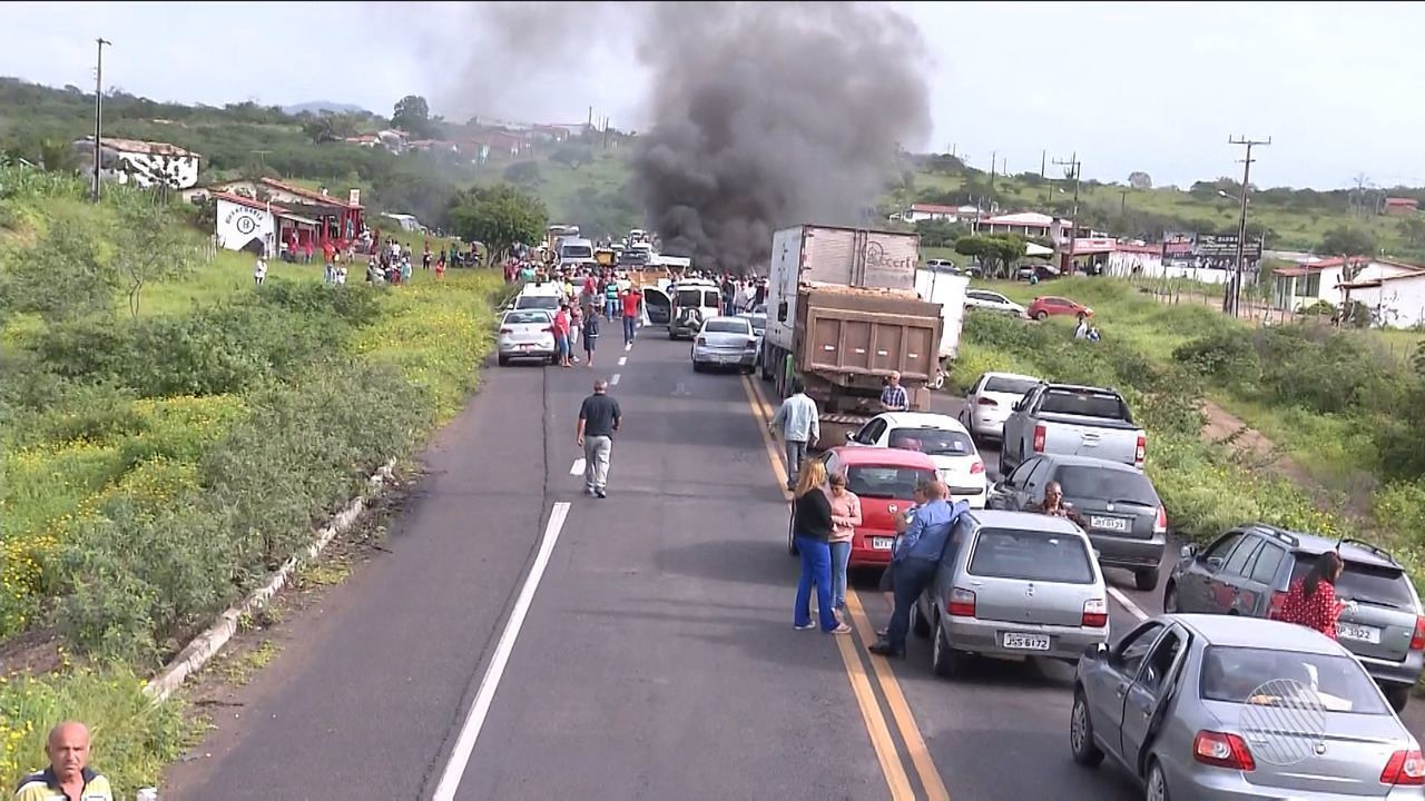 Resultado de imagem para Protestos de caminhoneiros continuam em 11 trechos de estradas estaduais da Bahia