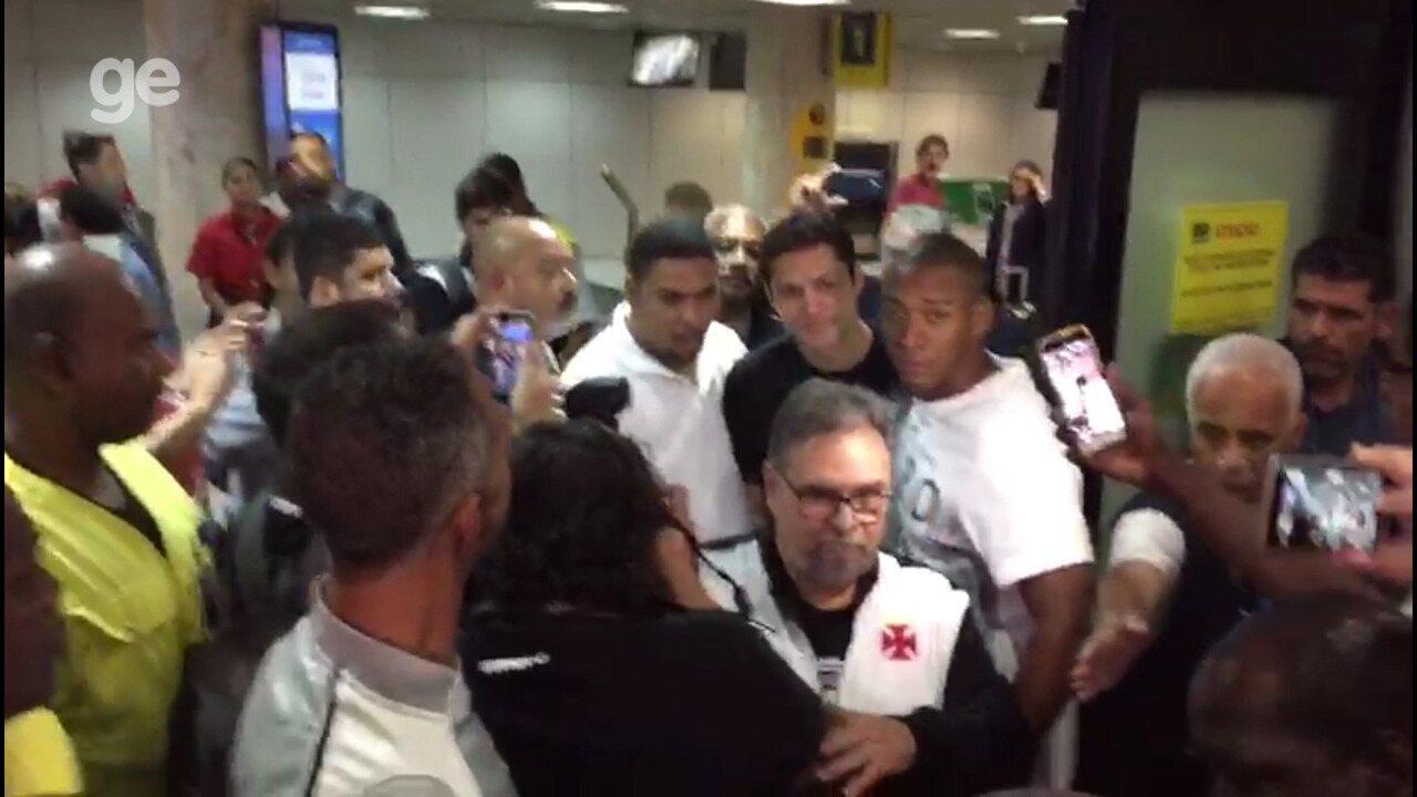 Anderson Martins é recebido com grande festa de vascaínos no aeroporto