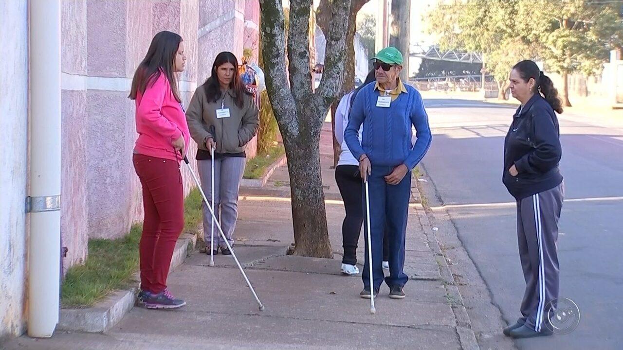 Resultado de imagem para Obstáculos em calçadas dificultam alunos cegos de entidade durante aulas sobre mobilidade