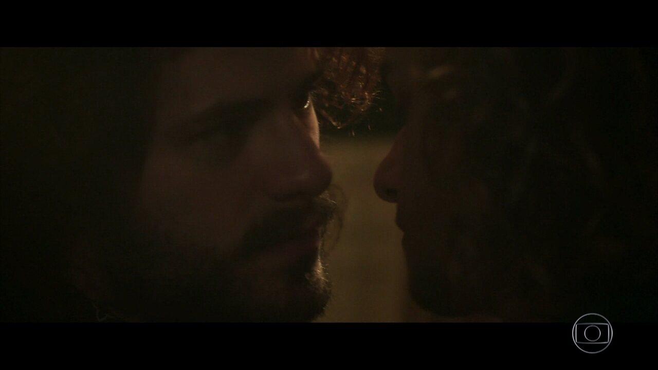 Leon beija Rudá em 'Os Dias Eram Assim'