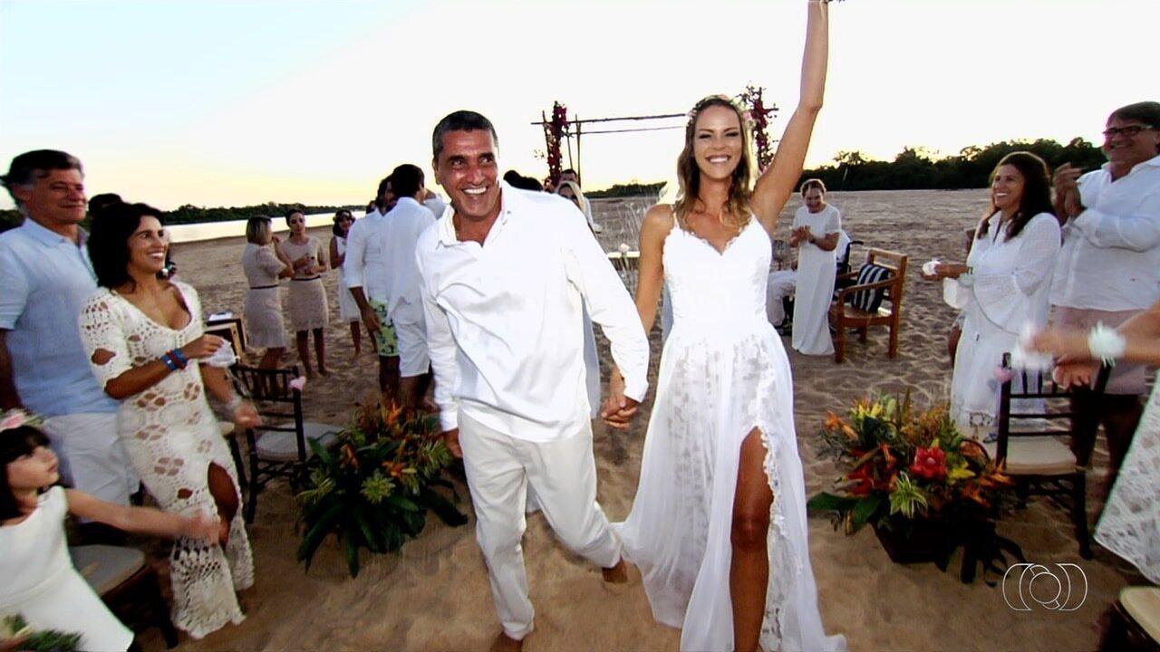 Noivos se casam às margens do Rio Araguaia, em Goiás
