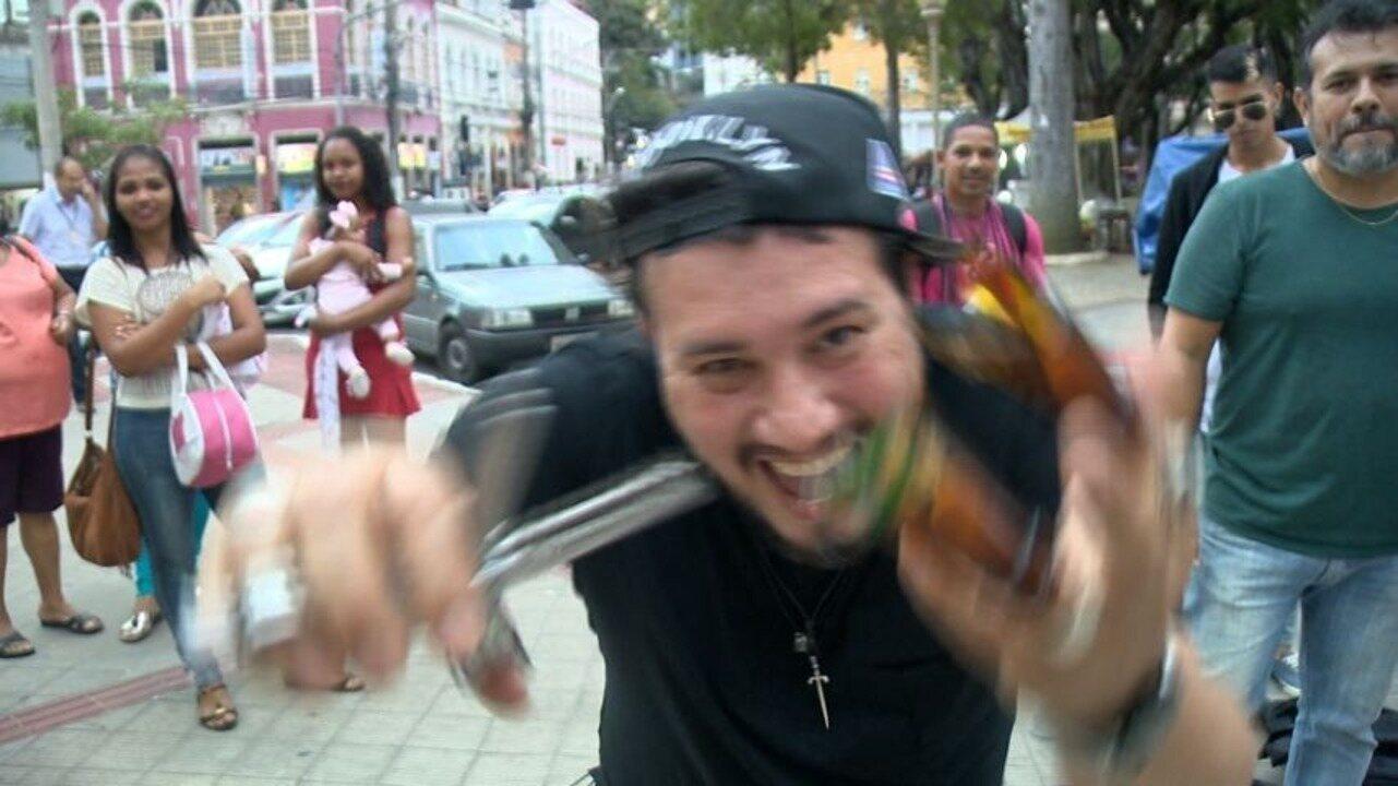 Em Movimento: Cortes de cabelo com caco de vidro no meio da rua