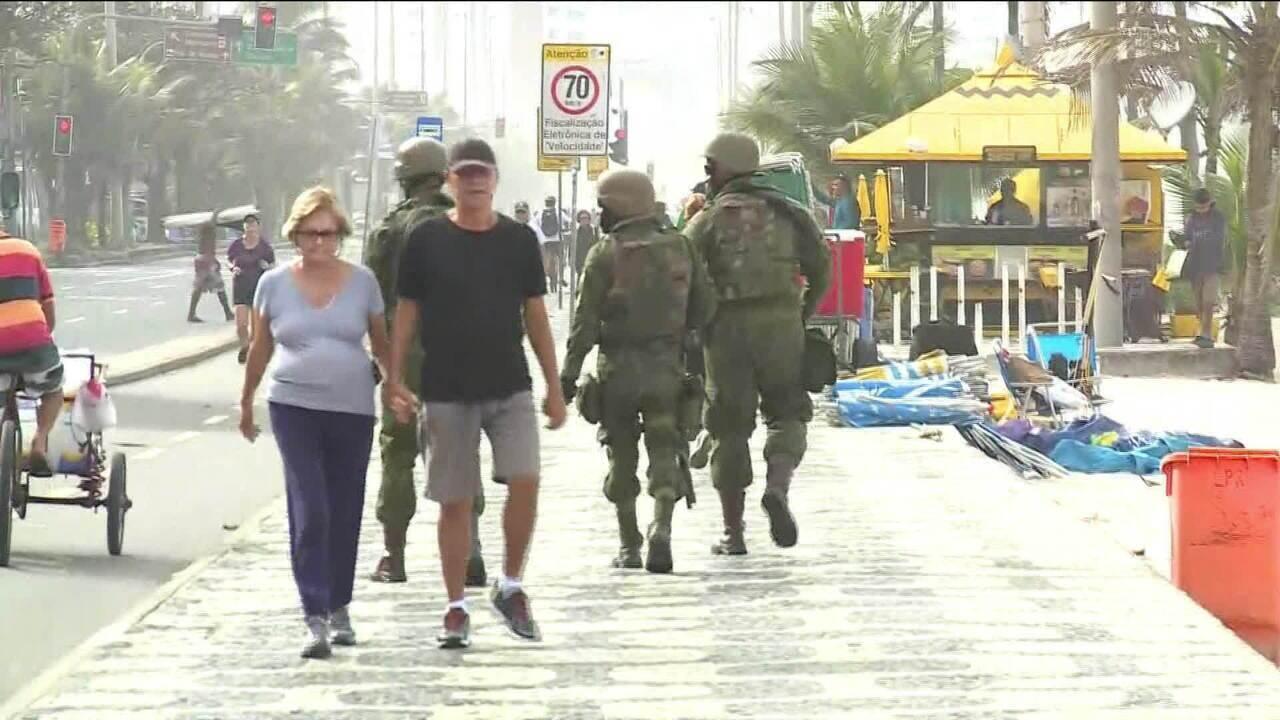 Homens das forças federais reforçam segurança na orla do Rio de Janeiro
